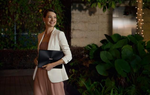 Billede af en ung kvinde med ASUS Zenbook S i hånden