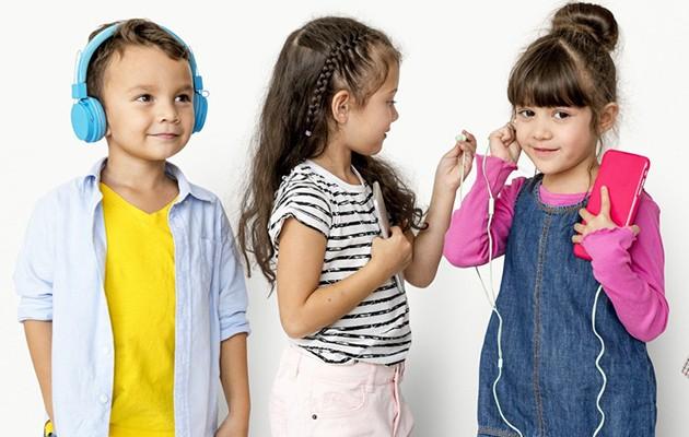 Tre børn med hovedtelefoner