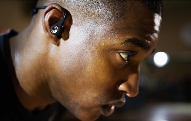 Mand med hovedtelefoner til træning i ørerne