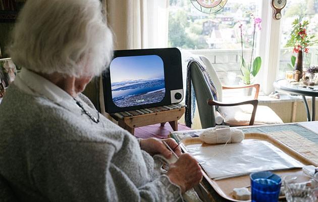 Produktbild av KOMP i hemmamiljö med videosamtal på skärmen