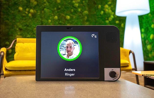 Produktbild av KOMP i hemmamiljö med ett inkommande videosamtal på skärmen