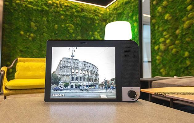 Produktbild av KOMP i hemmamiljö med användarbild på skärmen