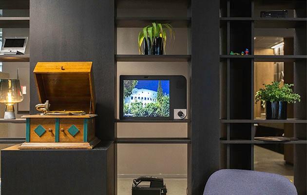 Produktbild av KOMP i hemmamiljö med en användarbild på skärmen