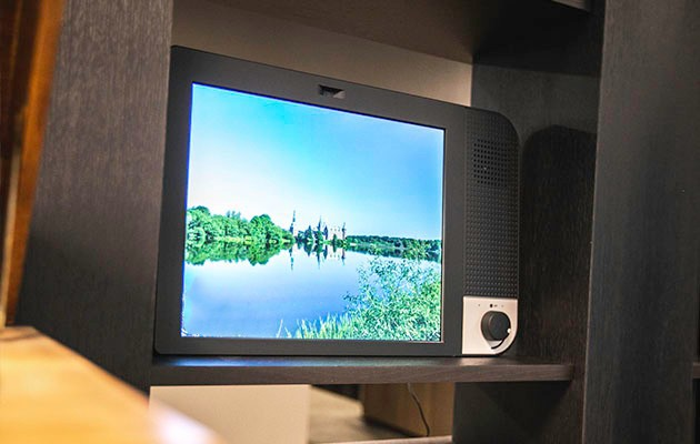 Tuotekuva KOMP-tietokoneesta, jossa on meneillään videopuhelu
