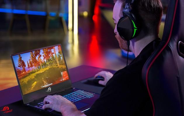 En kille spelar PUGB på en ASUS ROG-dator