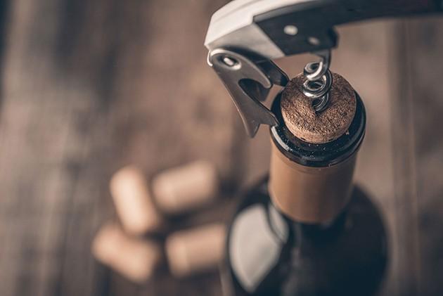 Billede af en vinflaske, der trækkes op