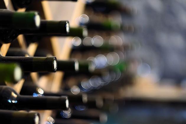 Billede fra en vinkælder med flasker på række