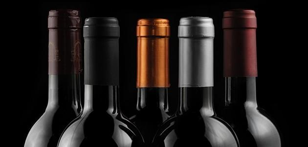 Halse på en række vinflasker