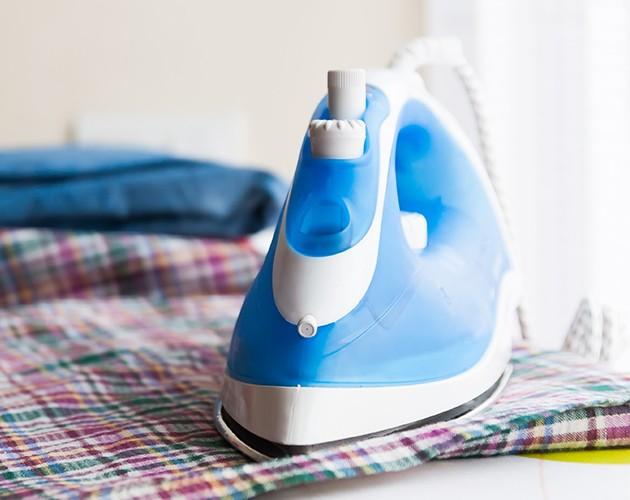 Slik rengjør du strykejernet ditt