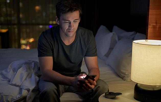 Man anpassar Sleepbuds med Bose Sleep-appen