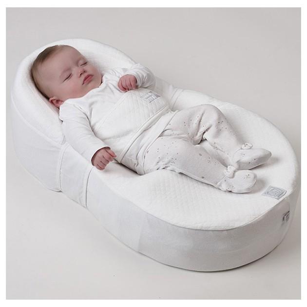 Sov søtt lille baby i et Cocoonababy nest