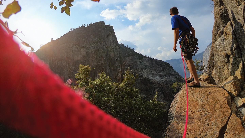 Mand på bjergklatning: Nu kan du også styre dit GoPro HERO7 kamera via stemmestyring
