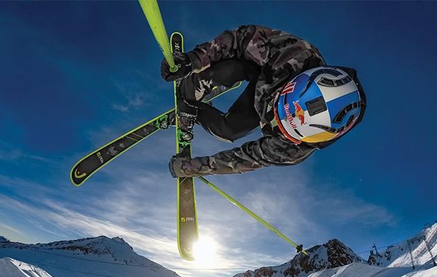 Billede af skiløber, der laver stunt i luften
