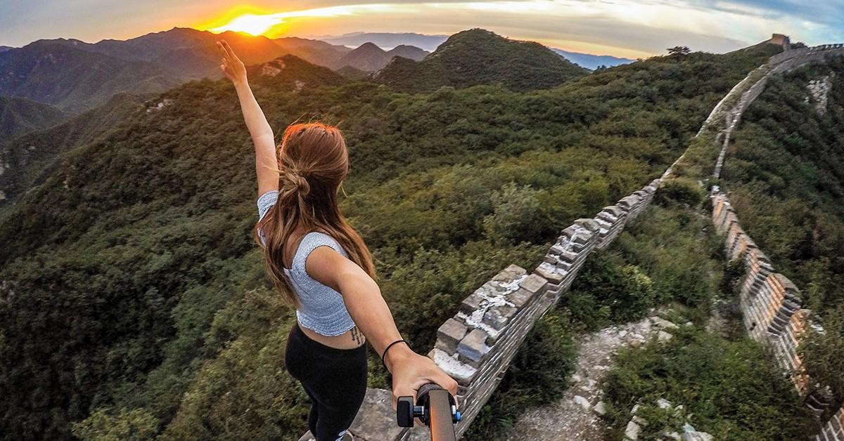 Kvinde tager billede med GoPro HERO7 på Den kinesiske Mur