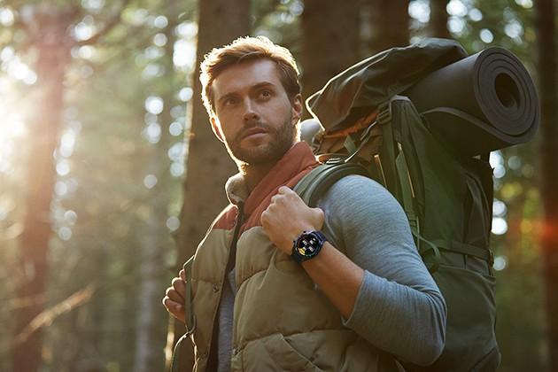Man på vandringstur i skogen med Huawei Watch GT på handlenden