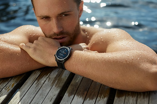 Man som simmar med Huawei Watch GT på handleden