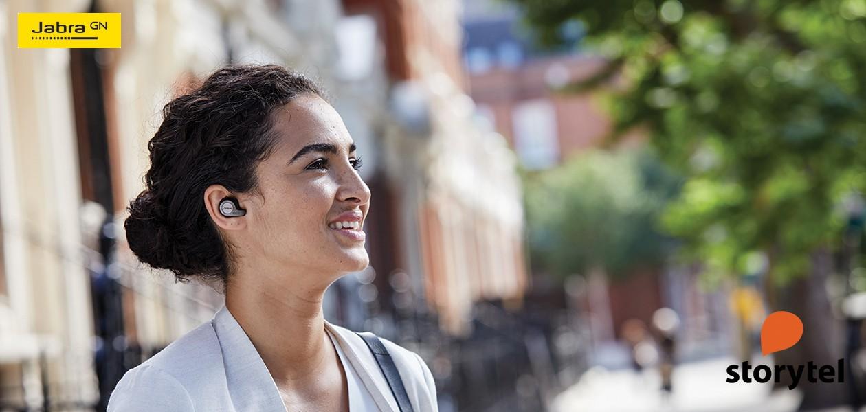 Billede af kvinde med Jabra Elite i ørerne – kampagne med 30 dages prøveperiode på Storytel