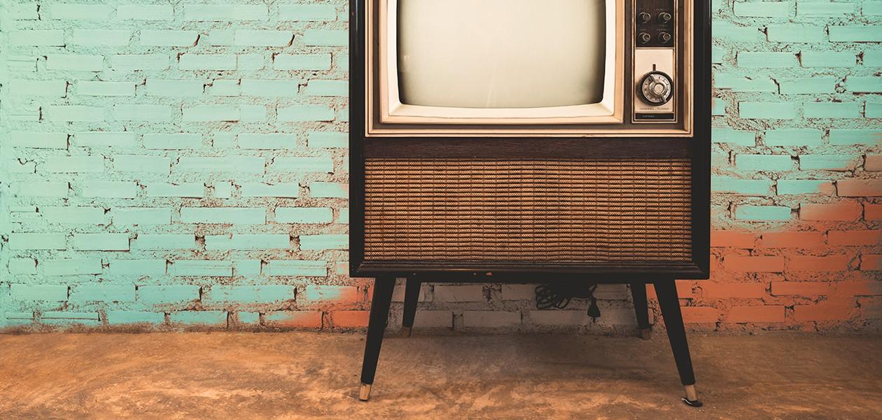 En gammel TV ved siden av en murvegg