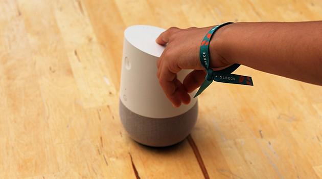 En hånd som berører en smarthøyttaler