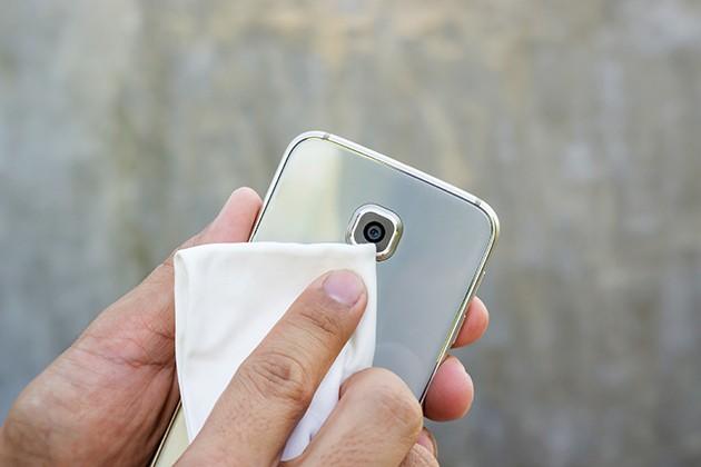 Muista puhdistaa puhelimen kameralinssi