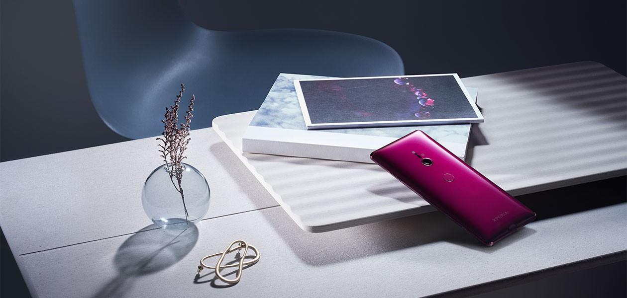 Livsstilbild: Sony Xperia XZ3 på modernt skrivbord