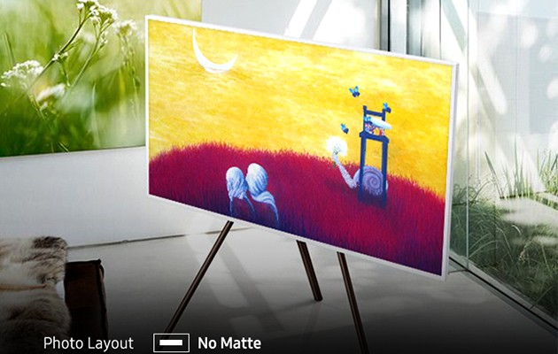 Bild av The Frame på golvstativ med färgrik konst