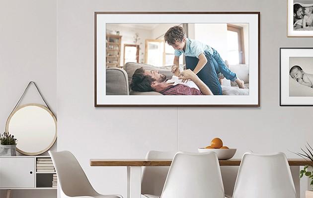 Bild av The Frame med ett familjefoto