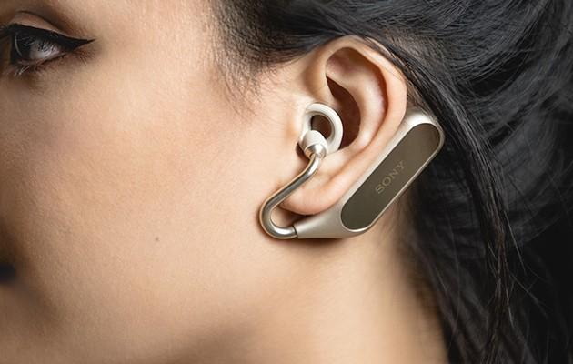 Kvinde med Xperia Ear Duo, som kan styres med stemmen