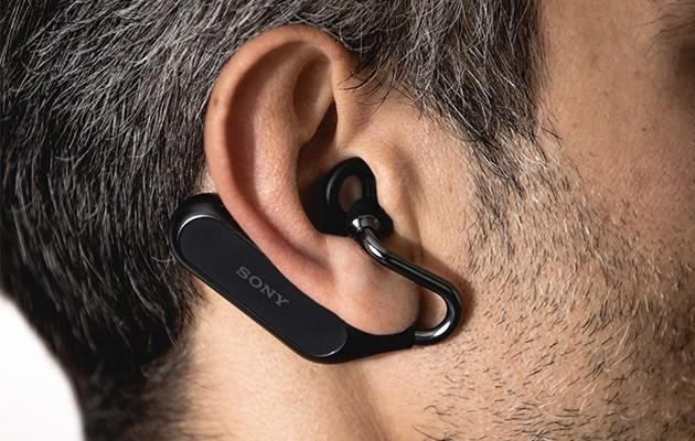 Mand med Xperia Ear Duo, som kan tilpasses dine ører
