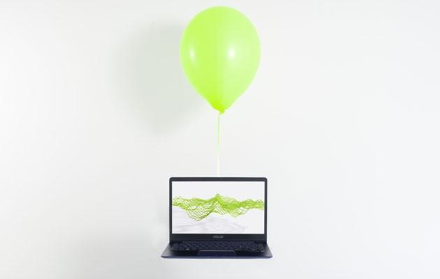 Billede af ASUS Zenbook og en ballon